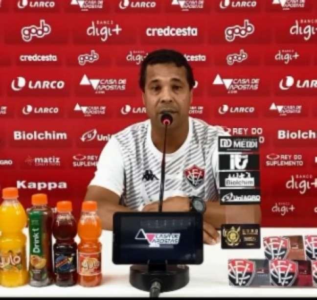 Rodrigo Chagas, afastado do cargo na segunda rodada, esperou cerca de um mês para definir sua situação no Vitória (Reprodução/Vitória TV)