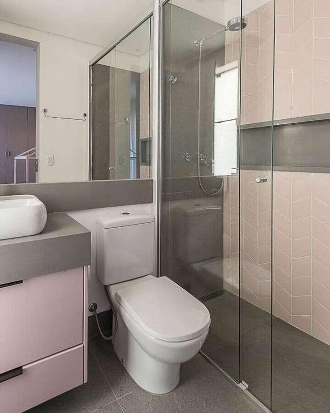 21. Decoração cinza e rosa para banheiro simples e bonito – Foto: Thais Schiavo Arquitetura