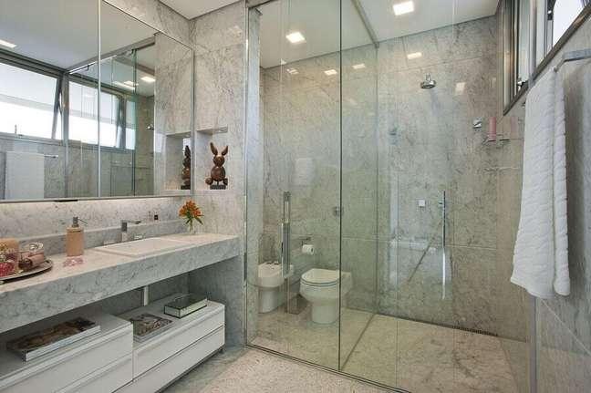 25. Decoração de banheiro bonito com nicho embutido e box de vidro – Foto: Gislene Lopes