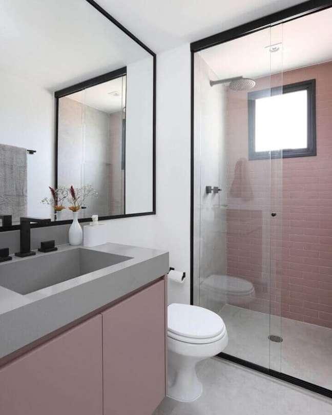 61. Revestimento rosa claro para banheiro bonito decorado com metais pretos – Foto: Studio 92 Arquitetura