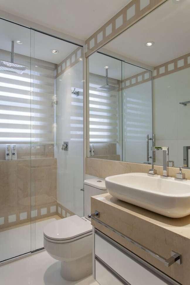 31. Decoração de banheiro simples e bonito em cores claras – Foto: Iara Kilaris