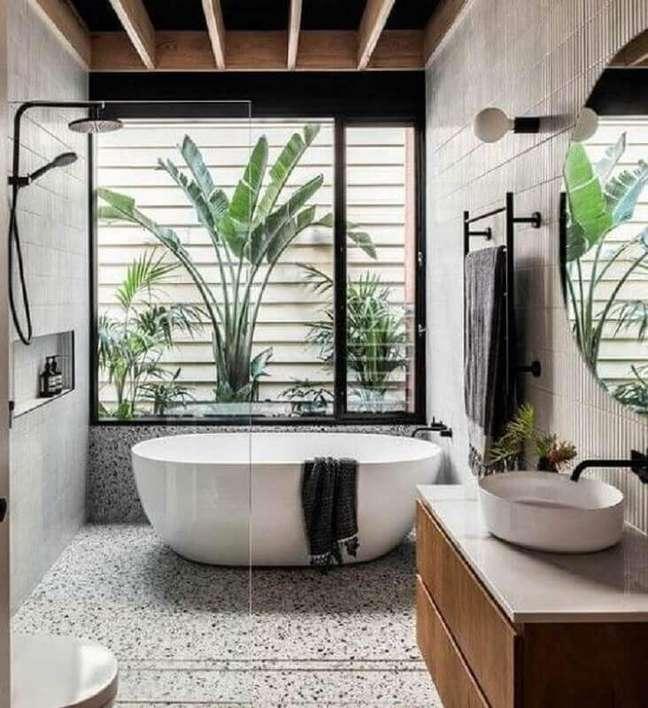 39. Jardim de inverno para banheiro bonito decorado com banheira de imersão – Foto: Decor Fácil