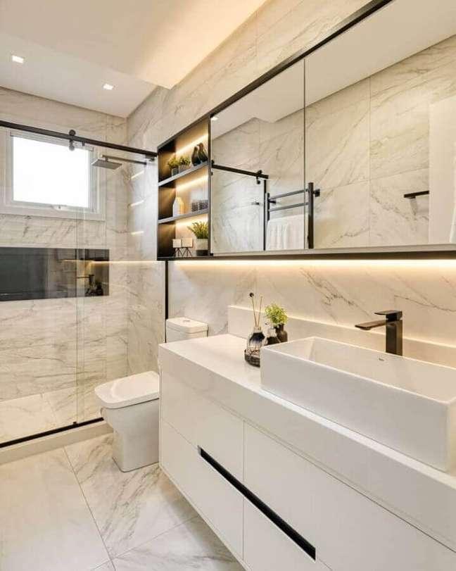 18. Cores claras para banheiro bonito decorado com revestimento de mármore – Foto: A2 Arquitetura
