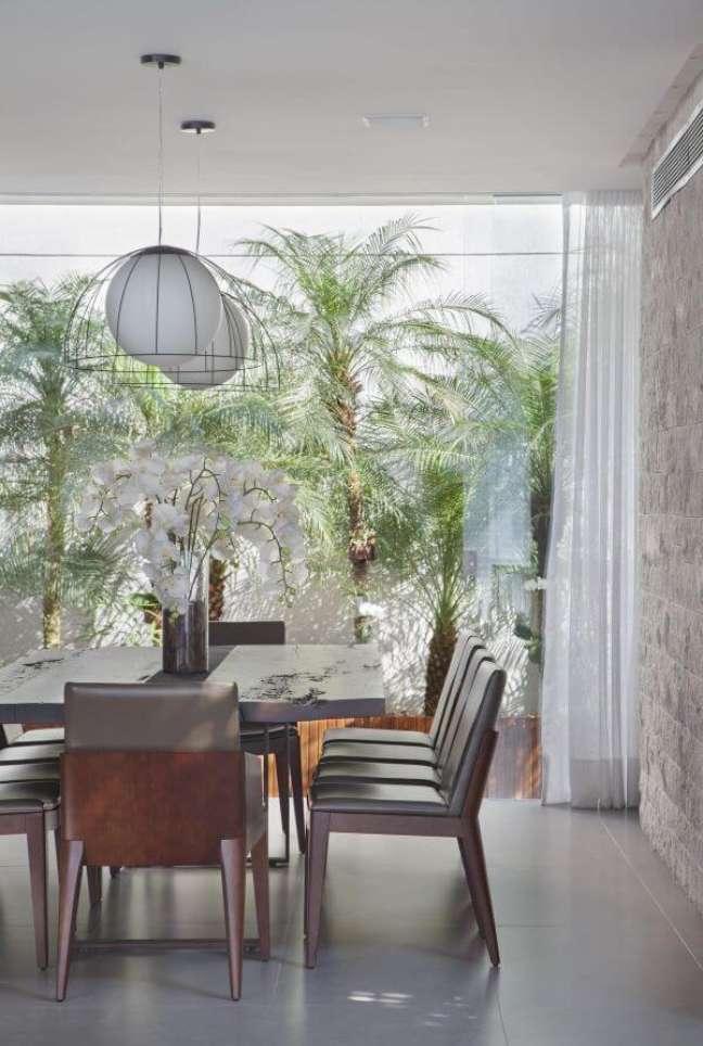 17. Sala de jantar com vaso de flor com orquídea – Foto Studio Eloy e Freitas Arquitetura