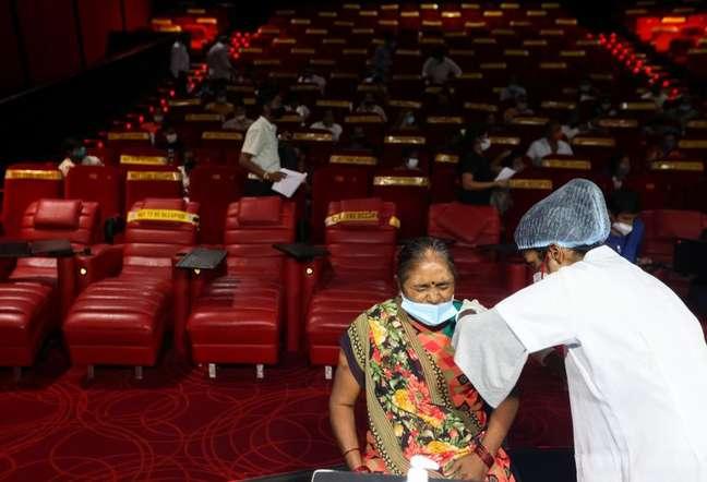 Mulher recebe aplicação de dose de vacina contra Covid-19 em Mumbai, na Índia 17/08/2021 REUTERS/Francis Mascarenhas