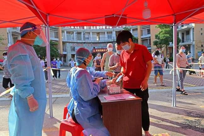 Moradores se registram para fazer testes de detecção de Covid em Quanzhou, na província chinesa de Fujian 13/09/2021 China Daily via REUTERS
