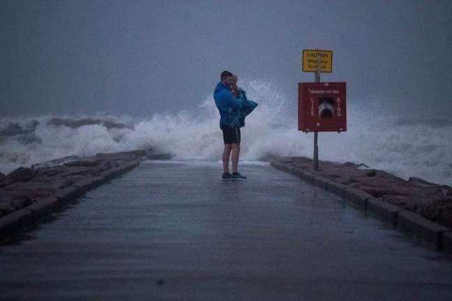 Morador segura filho em pier antes de chegada da tempestade tropical Nicholas em Galveston, no Estado norte-americano do Texas 13/09/2021 REUTERS/Adrees Latif