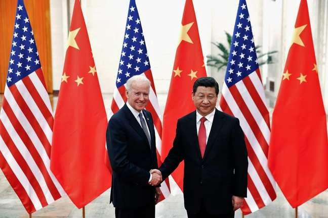Presidente da China, Xi Jinping, cumprimenta então vice-presidente dos EUA, Joe Biden, em Pequim em 2013 04/12/2013 REUTERS/Lintao Zhang/Pool