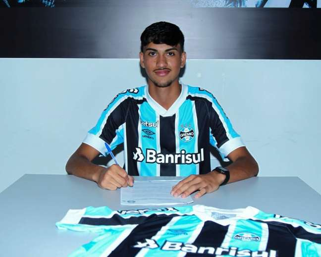 Zagueiro assinou contrato até 2024 (Foto: Reprodução/Éverton Silveira)
