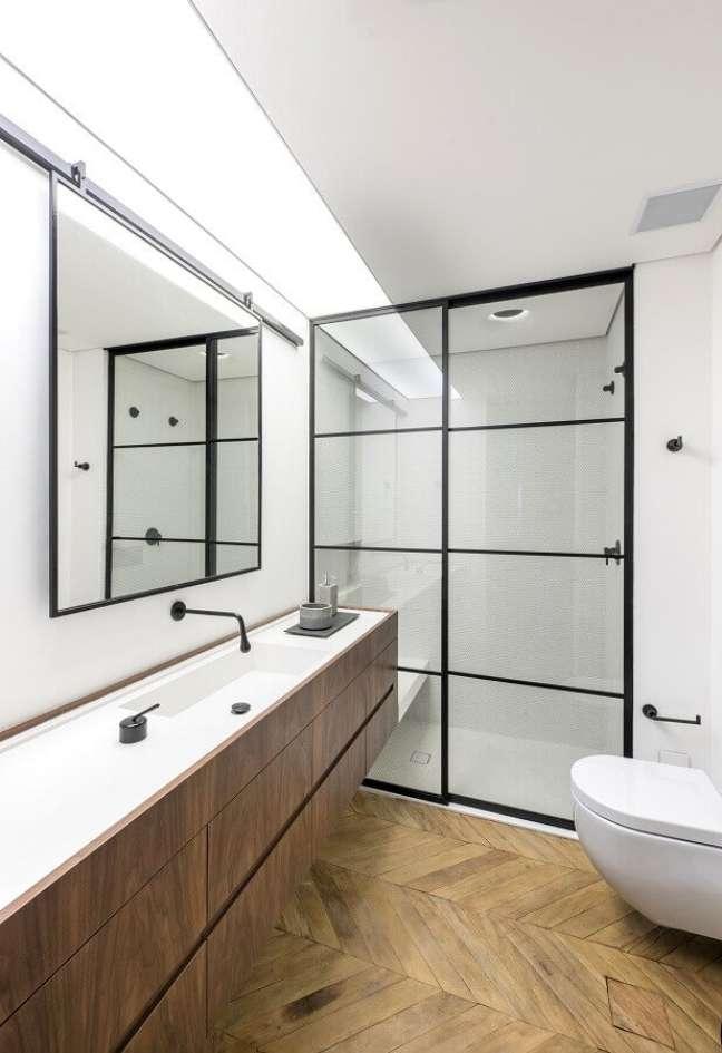 50. Piso e gabinete de madeira para decoração de banheiro simples e bonito – Foto: Rua 141 Arquitetura