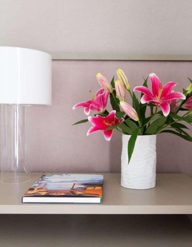 66. Estante decorada com vaso de flor para sala de estar – Foto Marilia Veiga Interiores