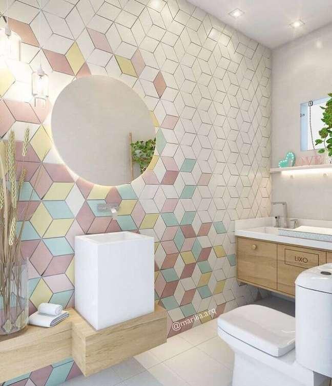 35. Espelho redondo para banheiro bonito decorado com revestimento colorido – Foto: Marilia Zimmermann