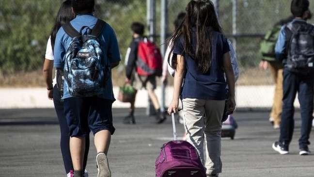 Alunos indo para a escola em Los Angeles; condado californiano determinou vacinação obrigatória para estudantes com 12 anos ou mais