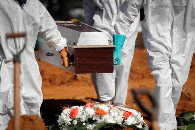 Mortes no Brasil voltaram a subir na média móvel