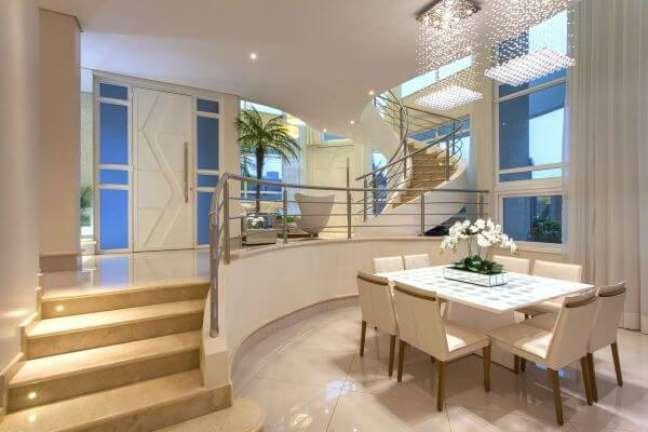 57. Casa luxuosa com vaso de flor para sala de jantar – Foto Iara Kilaris