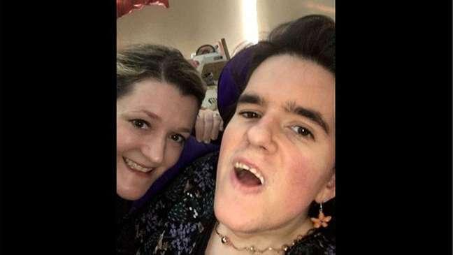 Victoria Scott e a irmã Clare adultas