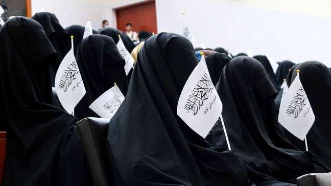 Mulheres fazem protesto pró-Talebã em universidade em Cabul, defendendo novo código de vestimenta imposto pelo grupo fundamentalista