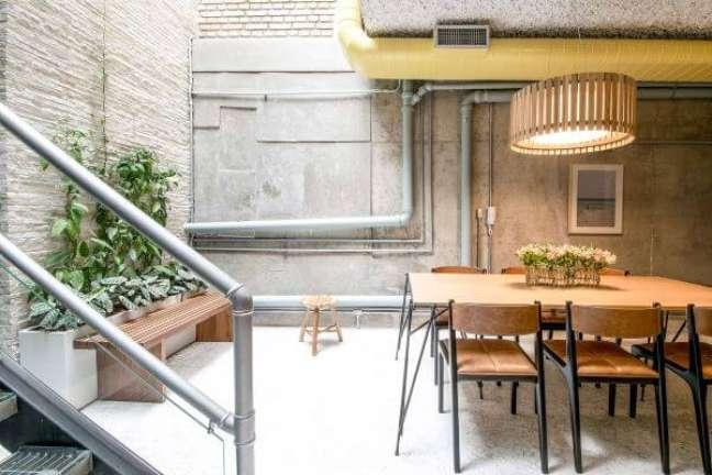 10. Decoração industrial com vaso de flor para sala – Foto AM Studio Arquitetura
