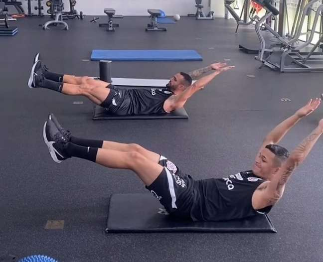 Renato Augusto e Adson trabalharam com a fisioterapia nesta terça-feira (Foto: Reprodução/Instagram)