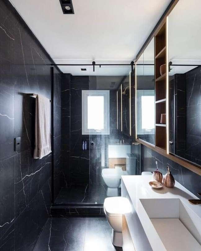 42. Mármore preto para decoração de banheiro pequeno e bonito – Foto: Natalia Lazzarotto
