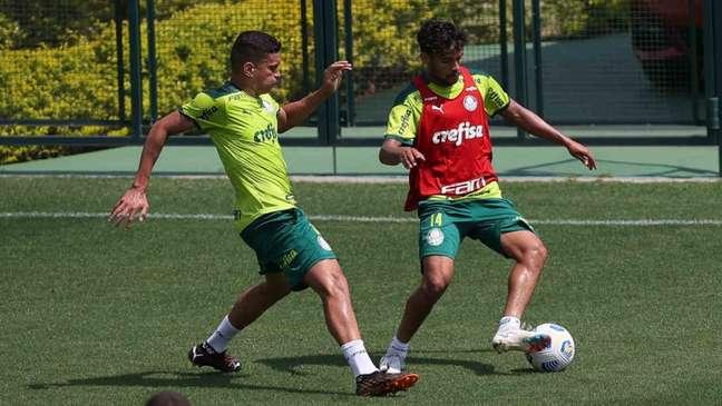 Renan e Gustavo Scarpa, do Palmeiras, durante treinamento, na Academia de Futebol. (Foto: Cesar Greco)