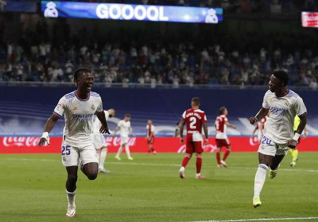 Eduardo Camavinga e Vinícius Júnior comemoram um dos cinco gols da vitória do Real Madrid por 5 a 2 sobre o Celta de Vigo.