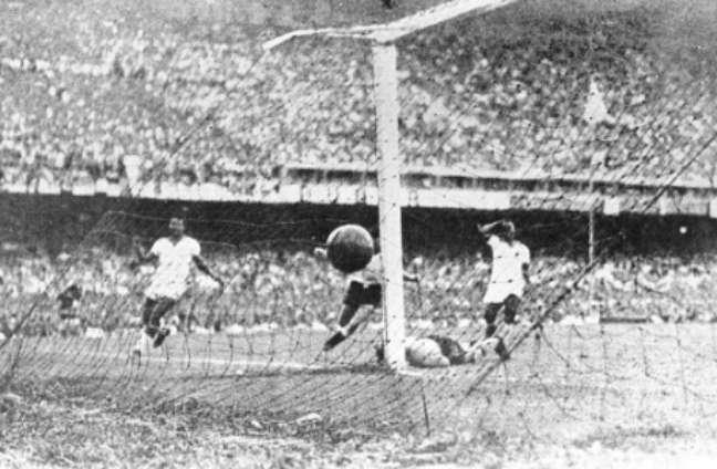 Ônibus enguiçado e desconcentração antes da derrota para o Uruguai (Foto: Arquivo LANCE!)