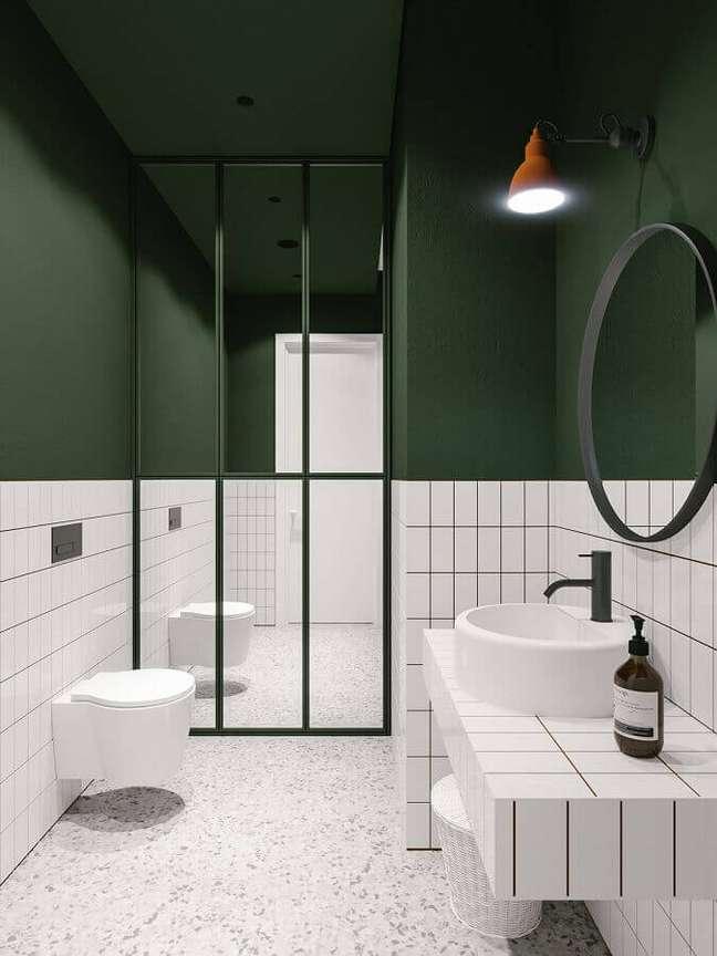 1. Decoração minimalista para banheiro bonito verde e branco – Foto: Emily Henderson