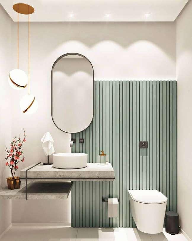 40. Luminária pendente para banheiro bonito e moderno decorado com painel ripado – Foto: Caroline Sampel