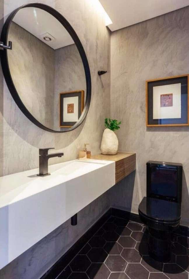 52. Piso hexagonal preto para decoração de banheiro bonito com parede de cimento queimado – Foto: Viviane Gobbato Arquitetura