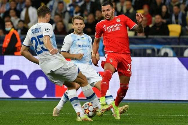 Disputa de bola entre jogadores do Dínamo Kiev e Benfica na Champions League (Foto: Genya SAVILOV / AFP)