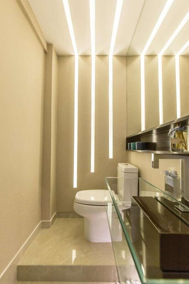 19. Cores claras para banheiro pequeno e bonito decorado com fenda iluminada na parede – Foto: Andrea Fonseca