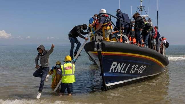 Muitos migrantes são resgatados pela RNLI, organização que salva vidas no mar