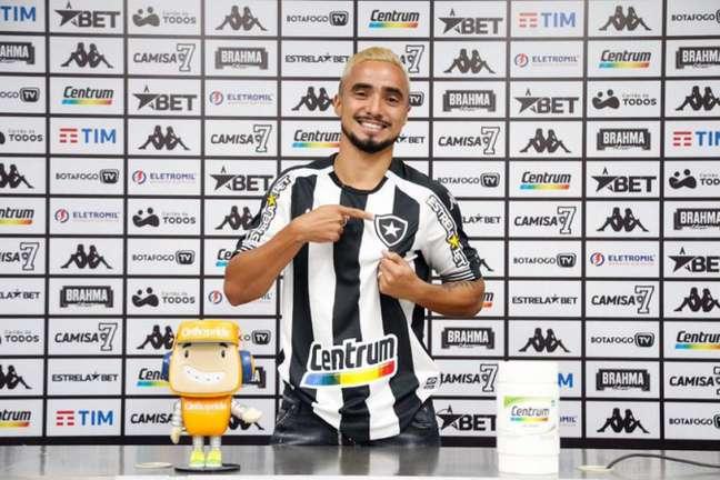 Rafael com a camisa do Botafogo (Foto: Vítor Silva/Botafogo)