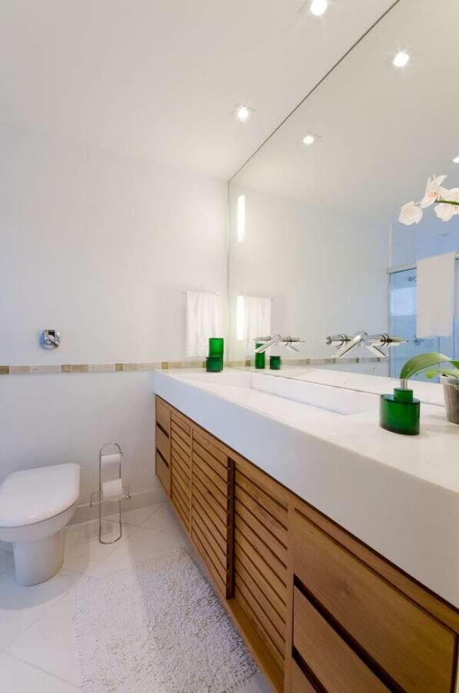 16. Banheiro simples e bonito todo branco decorado com gabinete de madeira suspenso – Foto: Leticia Araújo