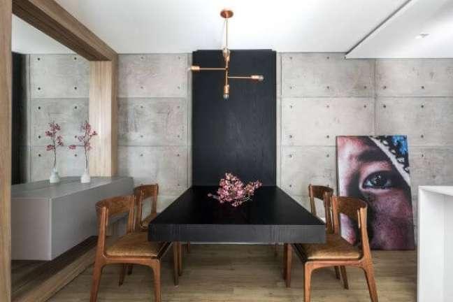 33. Vaso de flor para sala de jantar moderna com cadeiras de madeira – Foto Unic Arquitetur