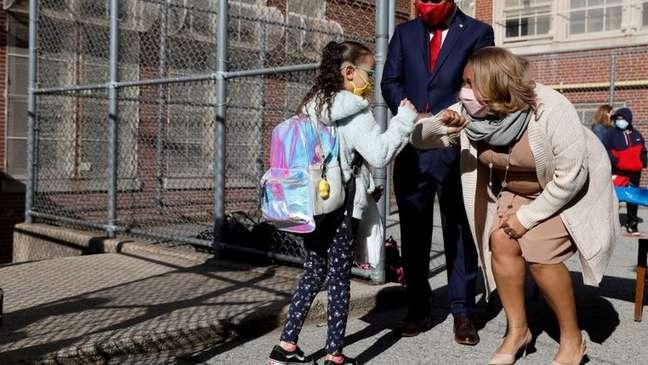 Professora cumprimenta aluna em escola de Nova York, em foto de abril; cidade reabriu suas salas de aula neste 13 de setembro