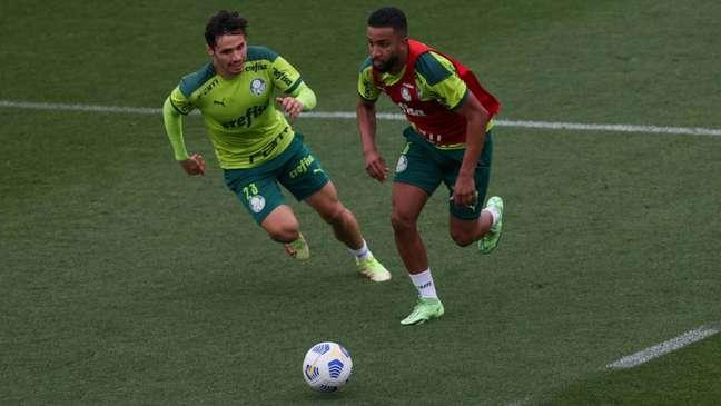 Os jogadores Raphael Veiga e Jorge durante treinamento na Academia de Futebol (Foto: Cesar Greco)