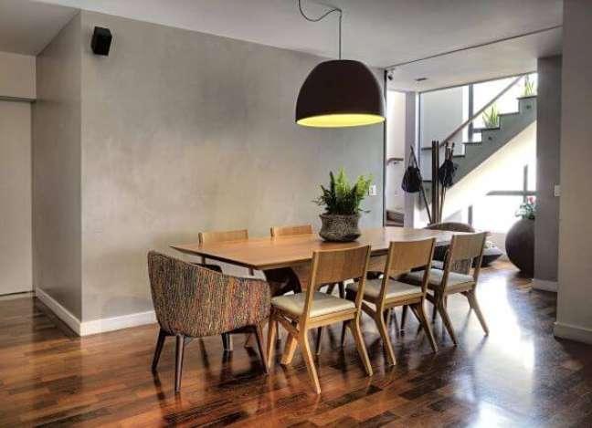 43. Vaso de plantas para sala de jantar com mesa de madeira e cadeiras – Foto Studio Sacatena Arquitetura