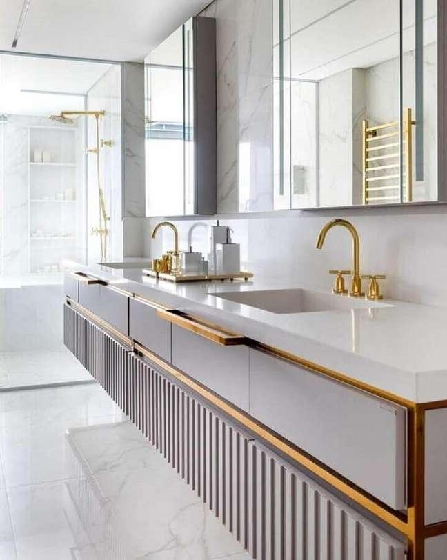 43. Metais dourados para decoração de banheiros bonitos e modernos – Foto: Mariana Pesca Arquitetura