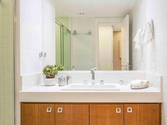 26. Decoração de banheiro bonito e simples com gabinete de madeira – Foto: Avner Posner