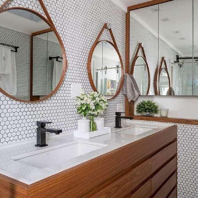 37. Espelho redondo para decoração de banheiro pequeno com revestimento hexagonal branco – Foto: Estúdio AE Arquitetura