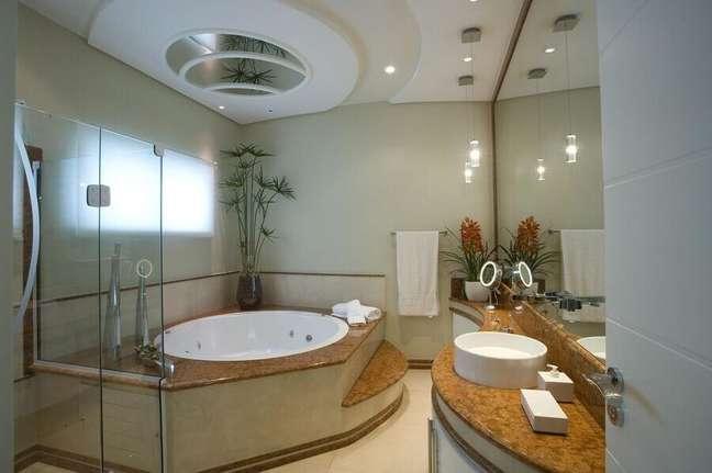 28. Decoração de banheiro bonito planejado com banheira de hidromassagem – Foto: Aquiles Nicolas Kílaris