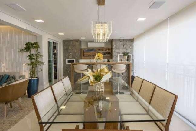 1. Varanda gourmet decorada com vaso de flor amarela – Foto Concept Engenharia e Design