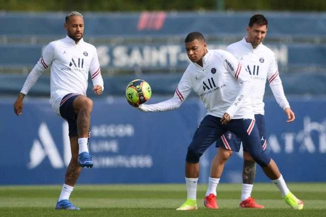Trio de ataque do PSG com Neymar, Messi e Mbappé deverá ser utilizado pela primeira vez (Foto: FRANCK FIFE / AFP)