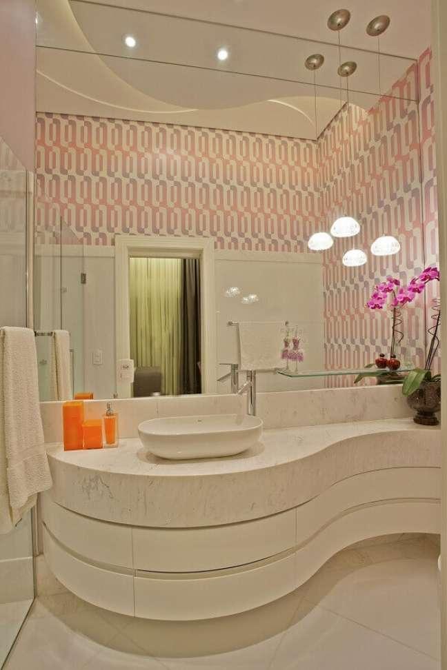 46. Papel de parede delicado para decoração de banheiro bonito em cores claras com bancada planejada – Foto: Aquiles Nicolas Kílaris
