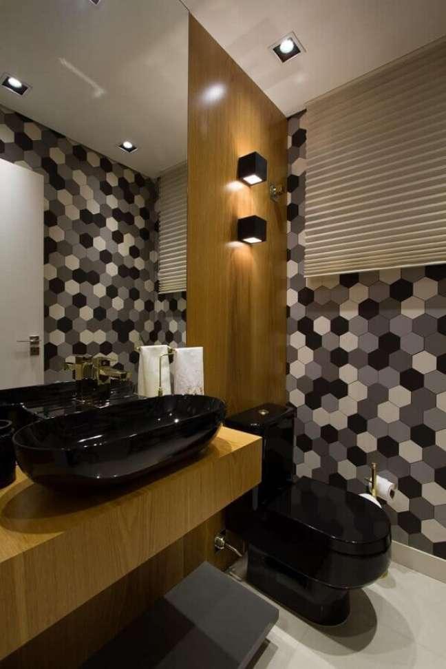 58. Revestimento hexagonal para banheiros bonitos e modernos decorados em tons de cinza com detalhes em madeira – Foto: Cristina Reinert
