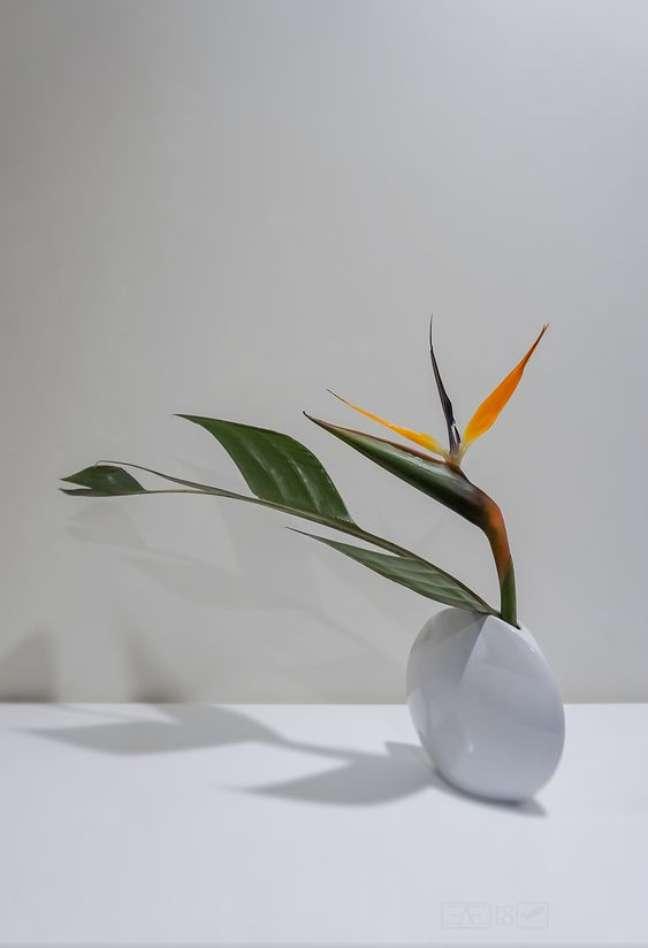 25. Vaso branco com flores em ikebana – Foto Hanakuma