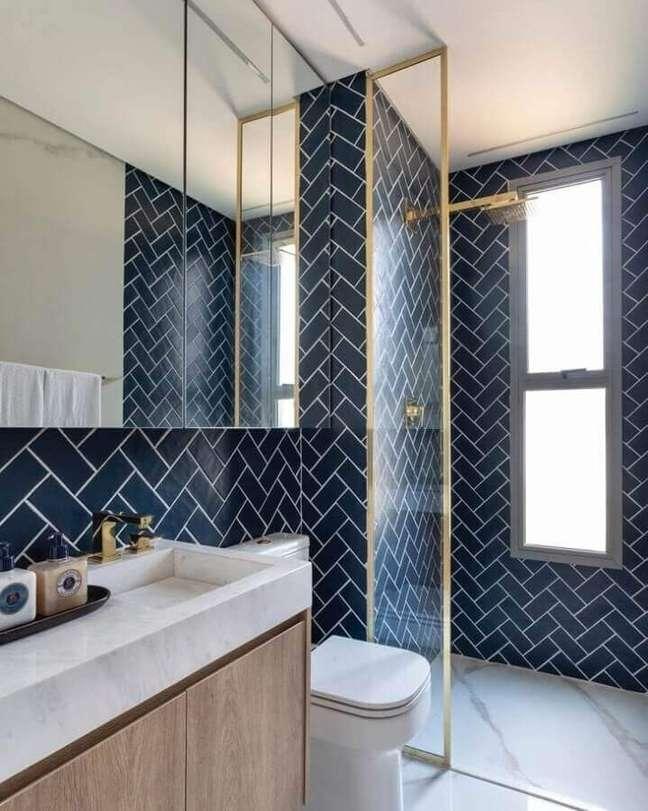 55. Revestimento azul marinho para banheiro bonito decorado com detalhes em dourado – Foto: Sala 2 Arquitetura