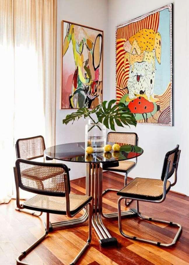 54. Cadeira cesca na mesa redonda e sala de jantar moderna – Foto Poppy Lissiman